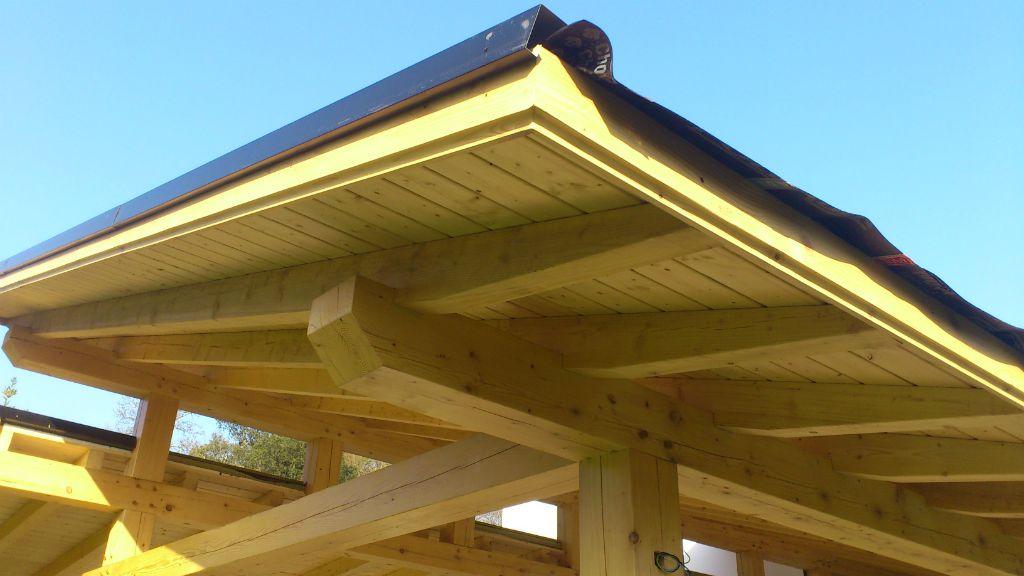 Porches de madera montados con tubillones con el corte 'rayo jupiter'